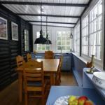Innenansicht der Veranda, großer ausziehbarer Esstisch mit 9Stühlen