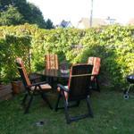 Gemütliche Sitzecke im Garten mit Grill