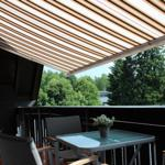Eine Markiese schützt Sie vor starker Sonne und selbstverständlich stehen auch Gartenmöbel für Sie bereit.