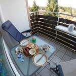 Die Sonne können Sie bis in die späten Abendstunden auf dem Balkon bei einem Gläschen Wein genießen.