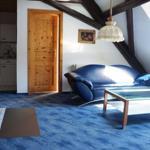 Wohnzimmer mit Kamin und Blick in den Garten/Wald