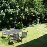 ruhiger Garten am Waldrand hinter dem Objekt mit Grill