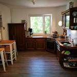 Die Küche ist das Herzstück - mit allem ausgestattet, was nötig ist, um zu kochen oder zu backen. Der Blick auch hier ins Grüne, im Winter reicht er bis auf den Kurparkteich!