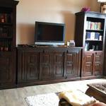 Schrankwand mit TV und kleiner Musikanlage im Wohnzimmer.