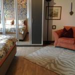 Schlafzimmer mit großem/geräumigen Spiegeltürenschrank und bspw. Lesecke.