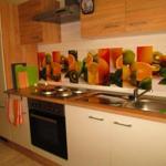 Küchenzeile mit Kühlschrank und intergiertem TK-Fach
