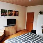 großes Doppelbettschlafzimmer mit einem dreitürigen Kleiderschrank, Wohlfühlsessel und großem Flachbildfernseher