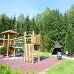 Kinderspielplatz mit Tischtennis Basketballkörben und Bolzplatz