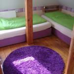 rechtes Schlafzimmer mit zwei  Einzelbetten
