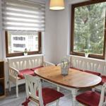In dem großen Speisesaal stehen eine Tafel mit 12 Stühlen und eine Sitzecke mit 7 Plätzen, inkl. 2 Hochstühle für die Kinder.