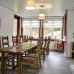 Speisesaal mit Tafel, 12 Stühle + 2 Kinderhochstühle
