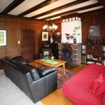 Großes Wohnzimmer mit Kamin. Die Holzvertäfelungen sind original aus den 30er Jahren erhalten.