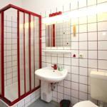 Badezimmer mit Dusche, WC und Waschbecken. Zentralheizung, Fenster