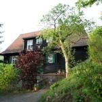 Aussenansicht des Hauses von Norden. Die Fewo Fuchsbau hat ihren separaten Eingang links.