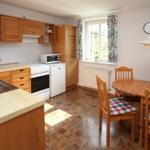 Küche der Fewo Fuchsbau mit Esstisch