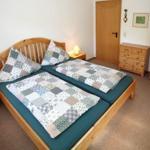 Schlafzimmer der Fewo Fuchsbau mit Doppelbett, Kommode und Schrank