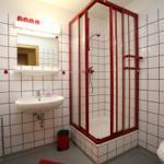 Badezimmer mit Dusche, WC und Waschbecken. Zentralheizung