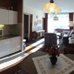 Wohnung innen Richtung Balkon,  links Küchenzeile und Schlafräume