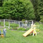 Außenbereich mit Spielgelegenheiten und Grillecke