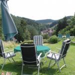 Garten mit Pavillion und Blick auf den Ortskern von Altenau