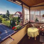 Balkon mit Gesundheitsliegen und einer schönen Sitzgruppe