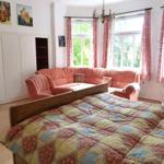 In diesem Schlafzimmer befindet sich ein rustikals Doppelbett und ein Schlafsofa. Zusätzlich kann noch ein Gästebett aufgestellt werden.
