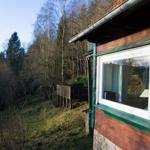 Sicht von Terrasse am Haus auf Terrasse im Garten