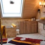 Badezimmer ,WC, Dusche,Badewanne, Handtuchheizkoerper,Fön ,Kosmetikspiegel,Handtücher,Duschtücher