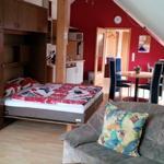 Großzügiger Wohnbereich mit dem ausgeklappten Schrankbett für zwei weitere Personen
