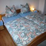 Doppel-Schlafzimmer mit Naturholzmöbeln