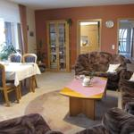 Der große und lichtdurchflutete Wohnraum ist mit viel Liebe eingerichtet. Die gehobene Ausstattung ist sehr gepflegt und auch für Gäste gehobenen Alters gut geeignet.