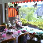 Einfach Spitze! sagen unsere Stammgäste. Dieser schöne Blick aus der Ferienwohnung ist zu jeder Jahreszeit etwas Besonderes. Im Bild die Eßtischgruppe mit Blick auf die sonnige, große Terrasse und  das Panorama von Assinghausen.