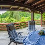 Auf der großen überdachten Terrasse mit Blick in die herrliche Landschaft