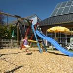 Spielplatz mit Rutsche, Schaukel, Sandkasten, Trampolin, Kletterbaum und vieles mehr