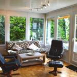 Der frisch renovierte, helle, gemütliche Wohnraum mit großen Fenstern