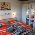 Gemütliches neu renoviertes Schlafzimmer mit Doppelbett und grossem Kleiderschrank.