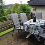 Die große Terrasse mit Gartenmöbel, Grill und Markise.