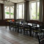 Der Speiseraum bietet 30 Gästen gemütlich Platz und die Aussicht über die Hügel und Felder ist herrlich.