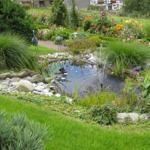 Die wunderschöne Gartenanlage mit Teich und Bachlauf