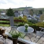 Auf den bequemen und modernen Gartenmöbeln kann man wunderbar abschalten. Bei Sonnenschein spendet eine Markise ausreichend Schatten