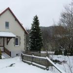 Haus Diniza 2 mit verschneitem Garten.