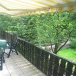 Balkon mit Blick in den hochumzäunten Garten ( 1.80m hoch )