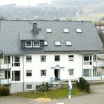 Außenansicht des Hauses mit angrenzendem Kurpark und eigenem Parkplatz am Haus