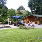 Gartenanlage und Grillplatz mit Blockhaus