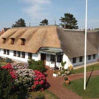 Reetgedecktes Friesenhaus Whg. Nr. 4 - eigene Haushälfte in absolut ruhiger, strand- und zentrumsnaher Lage - Westerland